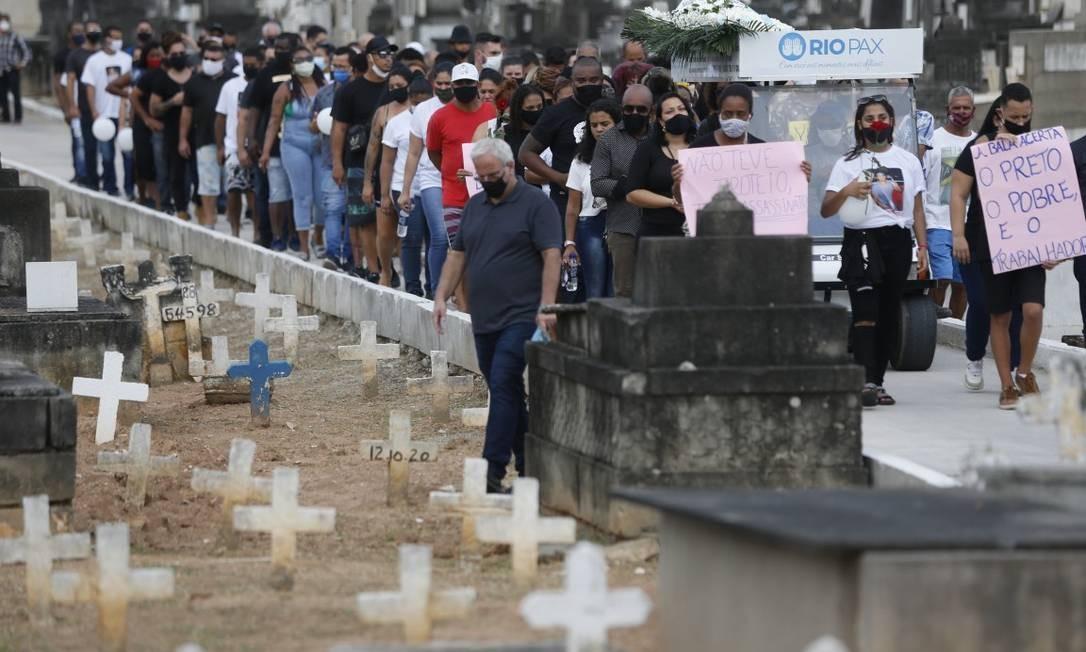 Cerca de cem pessoas, entre parentes e amigos, se despediram de Marcelo no cemitério de Inhaúma. Foto: Roberto Moreyra / Agência O Globo