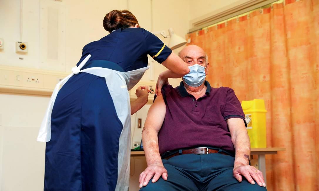 Brian Pinker, 82, recebe a vacina COVID-19 da Oxford University / AstraZeneca da enfermeira no Hospital Churchill, em Oxford, Grã-Bretanha Foto: POOL / REUTERS