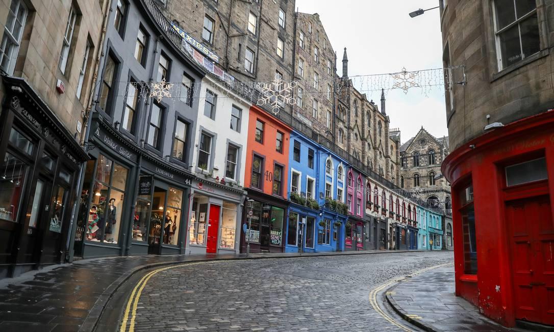 Uma rua vazia é retratada, em meio ao surto da COVID-19 em Edimburgo, Escócia Foto: RUSSELL CHEYNE / REUTERS