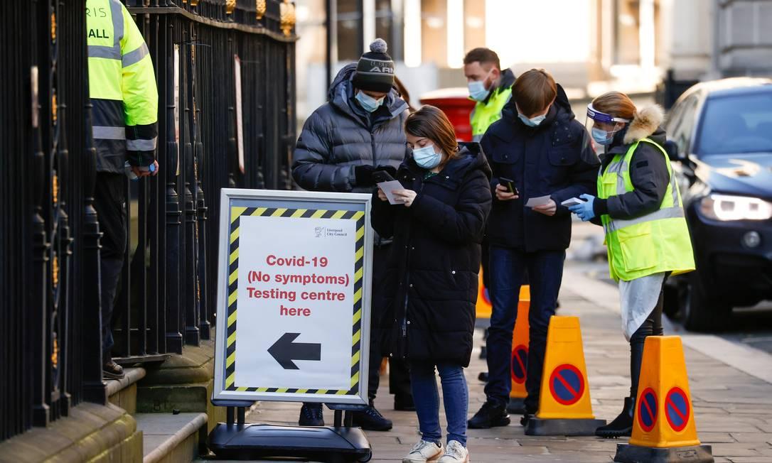 Pessoas fazem fila do lado de fora de um centro de testes de COVID-19 em Liverpool, Grã-Bretanha Foto: PHIL NOBLE / REUTERS