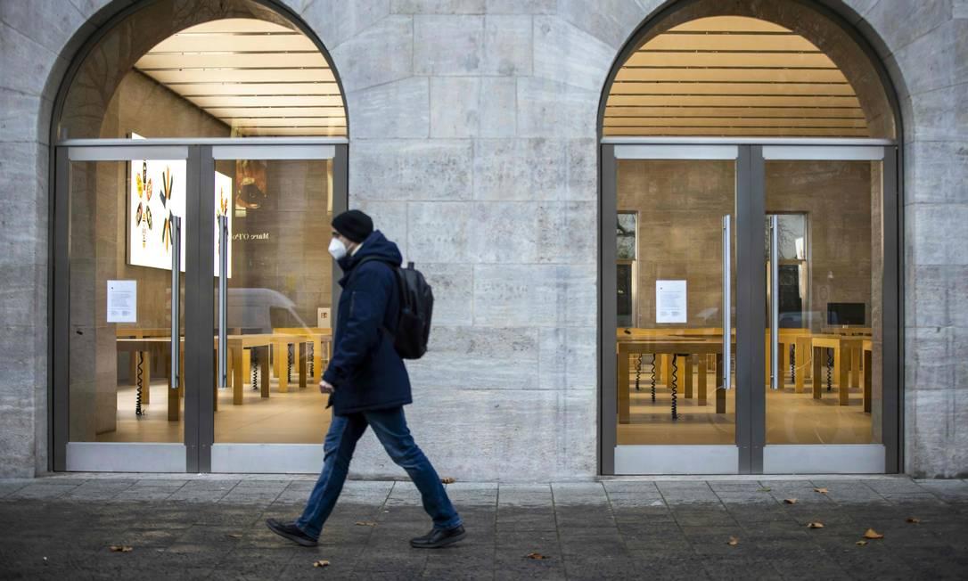 Mesas vazias são vistas na loja fechada da Apple, na avenida Kurfuerstendamm, em Berlim. a Alemanha voltou a intensificar as medidas restritivas no país nesta terça-feira Foto: ODD ANDERSEN / AFP