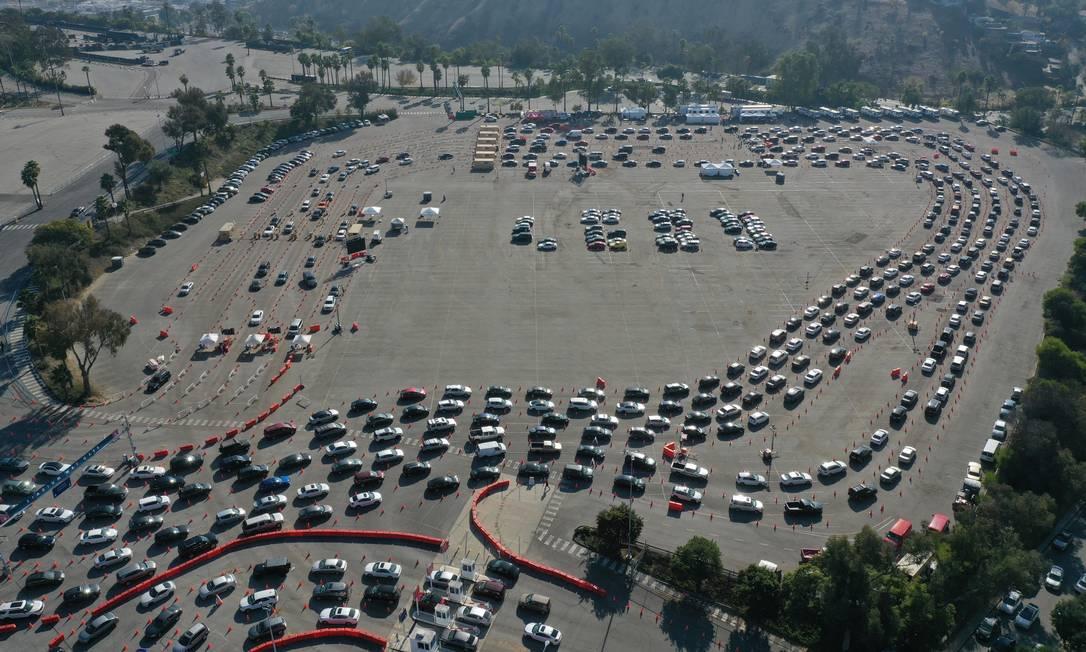 Fila de carros em estacionamento de Los Angeles para testagem de Covid-19 Foto: LUCY NICHOLSON / REUTERS