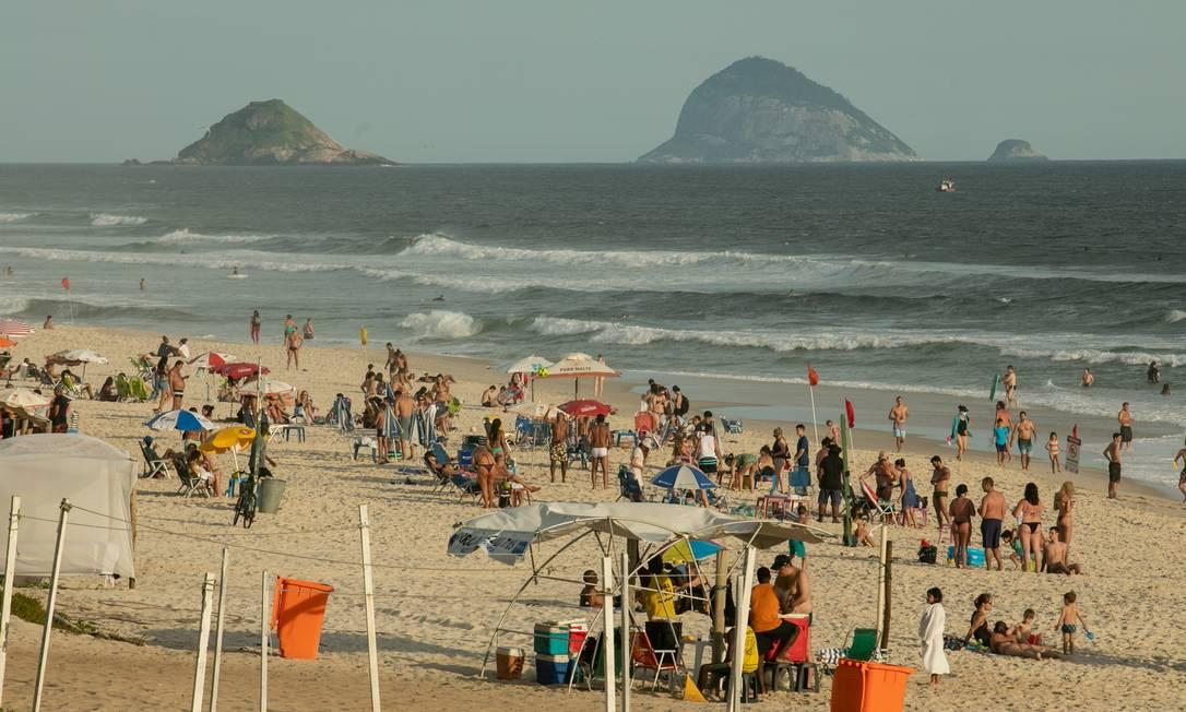 Praia da Barra com pontos de aglomeração no dia 5 de janeiro Foto: Brenno Carvalho / Agência O Globo