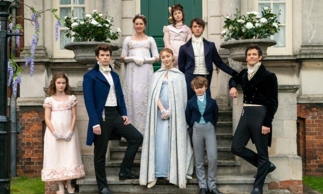Os irmãos Bridgerton, da série homônima da Netflix, posam em frente à Ranger's House, casa histórica em Londres que serviu de locação Foto: Netflix / Divulgação