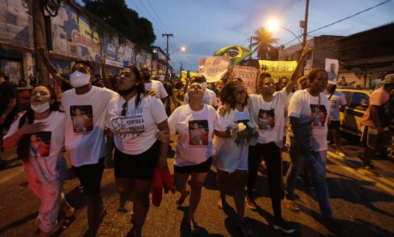 Familiares de Marcelo marcham pelas ruas próximas ao local da tragédia após o enterro. Marclo trabalhava em uma marmoraria Foto: Domingos Peixoto / Agência O Globo
