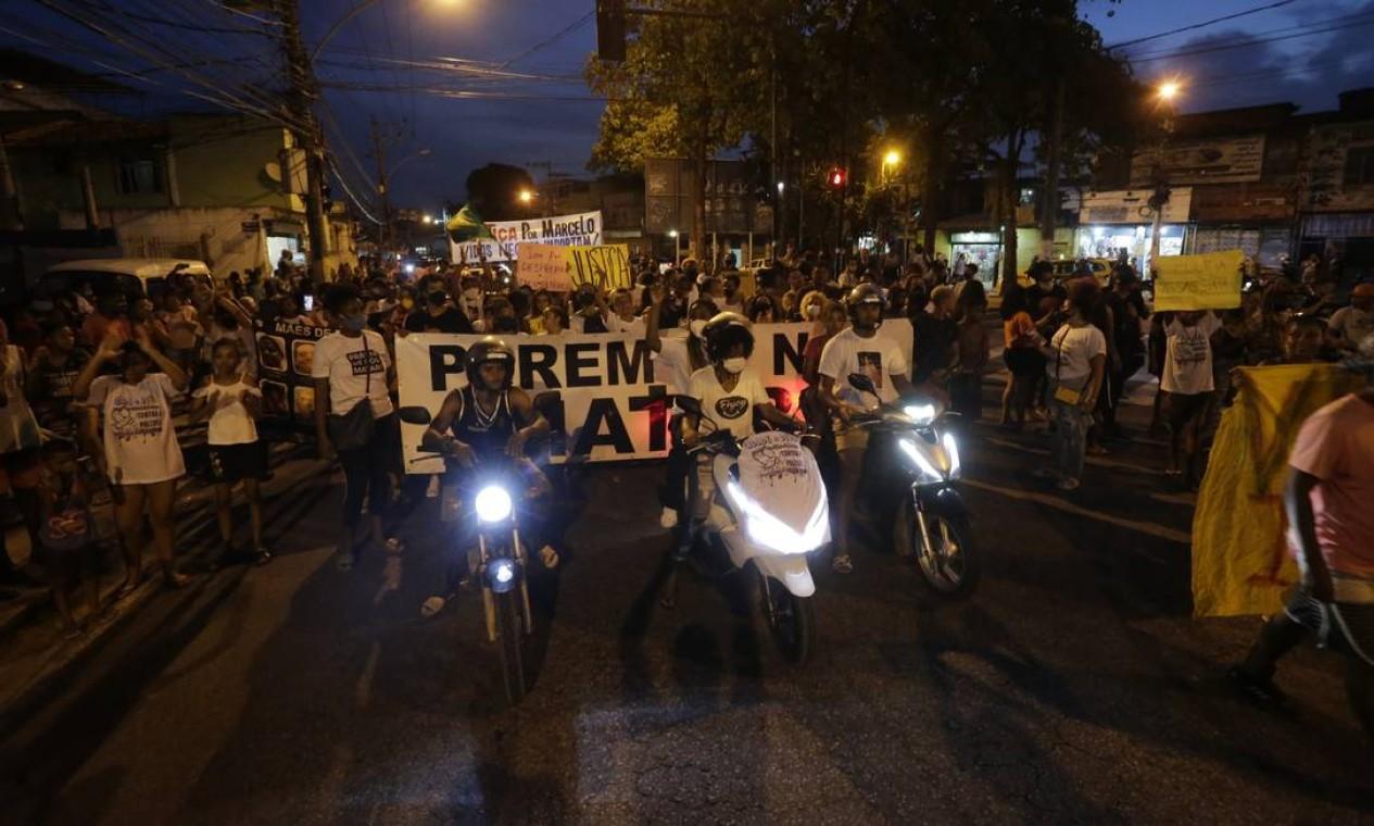Protesto na cidade e Deus pela morte de Marcelo Guimarães, morto pela Policial Militar Foto: Domingos Peixoto / Agência O Globo