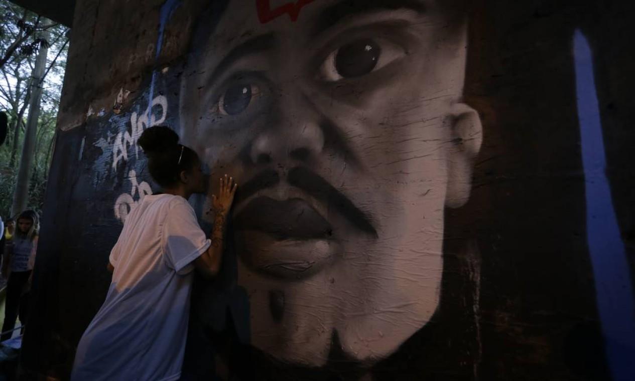 Um grafite em homenagem a Marcelo foi pintado no local onde ele foi baleado Foto: Domingos Peixoto / Agência O Globo