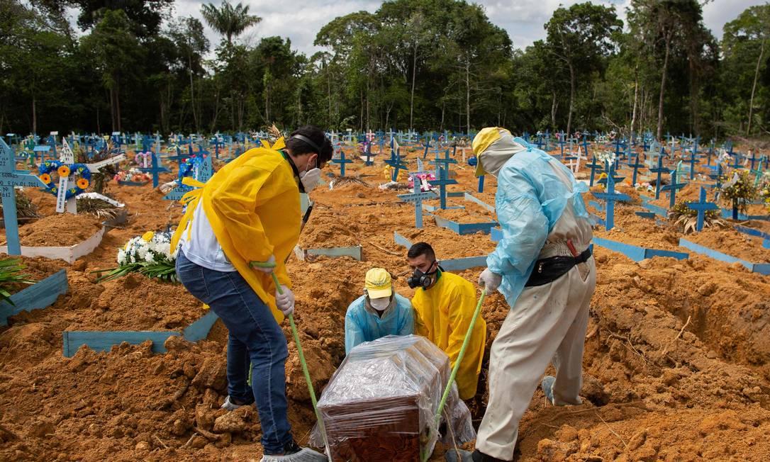Cemitério de Manaus tem ala reservada para mortos pela Covid-19 Foto: MICHAEL DANTAS/AFP