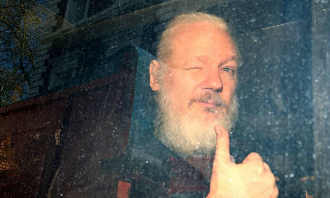 Julian Assange, fundador do WikiLeaks, ao chegar para audiência em tribunal britânico em 2019 Foto: Hannah Mckay / REUTERS /11-4-19