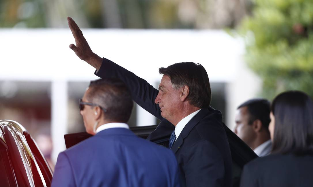 O presidente Jair Bolsonaro acena para apoiadores após visita ao Ministério da Saúde Foto: Pablo Jacob/Agência O Globo/05-01-2021