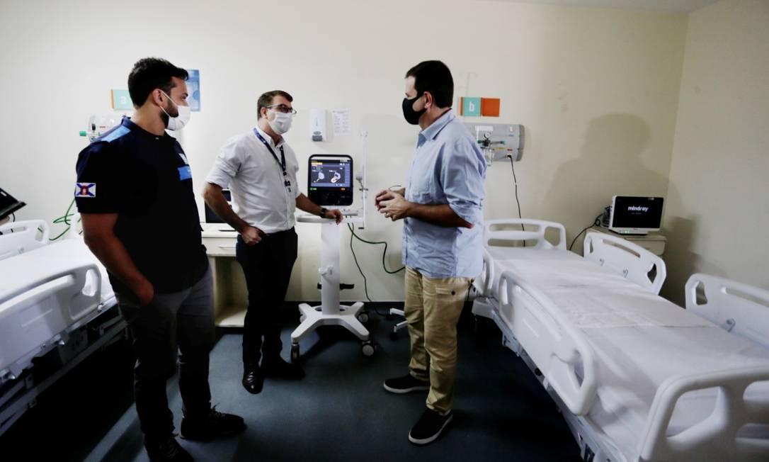 O prefeito Eduardo Paes visita o Hospital de Acari Foto: Márcia Foletto / Agencia O Globo
