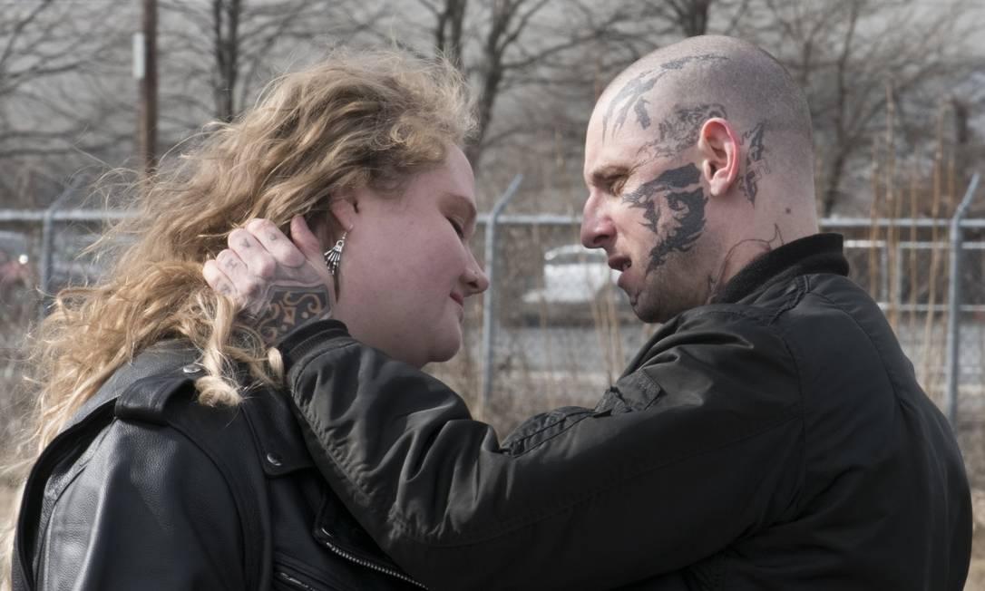 """Jamie Bell e Danielle Macdonald no filme """"Skin - à flor da pele' Foto: Divulgação"""
