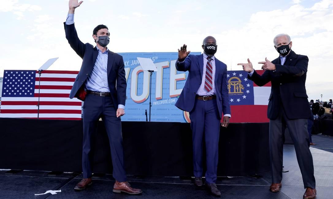 Presidente eleito dos Estados Unidos, Joe Biden, em evento de campanha com Jon Ossoff (esquerda) e Raphael Warnock (direita) Foto: Jonathan Ernst / REUTERS / 4-1-21
