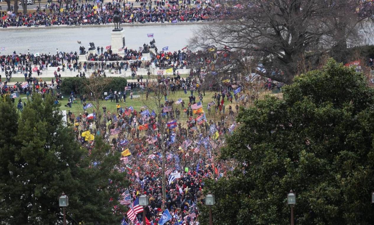 Apoiadores de Trump, protestam em frente ao Capitólio dos EUA, em Washington Foto: JONATHAN ERNST / REUTERS