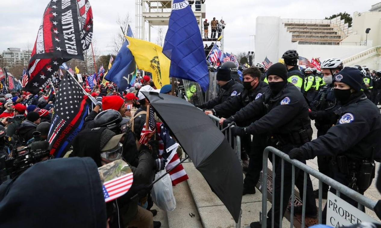 Policiais se esforçam para conter apoiadores do presidente dos EUA, Donald Trump, reunidos em frente ao prédio do Capitólio dos EUA, em Washington Foto: LEAH MILLIS / REUTERS