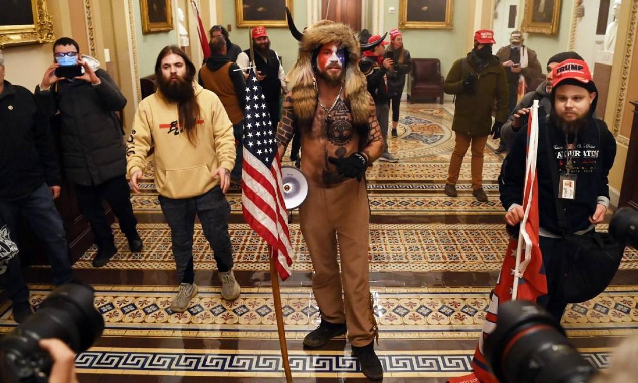 Os manifestantes violaram a segurança e entraram no Capitólio enquanto o Congresso debatia a Certificação de Voto Eleitoral da eleição presidencial de 2020 Foto: SAUL LOEB / AFP
