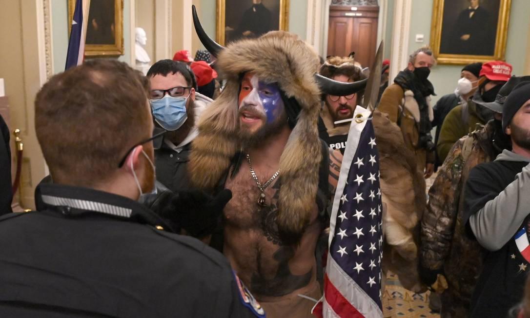 Grupo de manifestantes pró-Trump invadiu o prédio do Congresso, nesta quarta-feira (6) e interrompeu a sessão de confirmação da vitória de Joe Biden na eleição presidencial de novembro Foto: SAUL LOEB / AFP