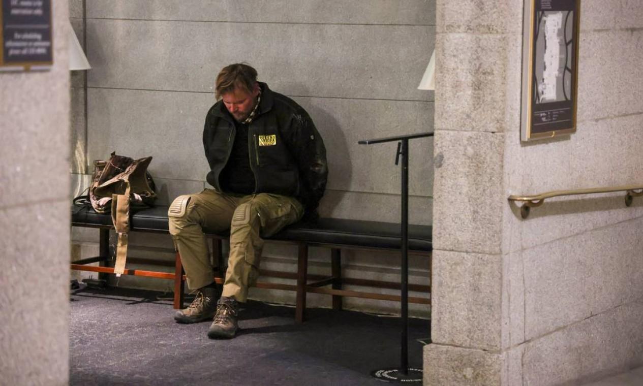 Manifestante detido é visto dentro do prédio do Congresso americano enquanto apoiadores de Trump protestam do lado de fora, em Washington Foto: JONATHAN ERNST / REUTERS