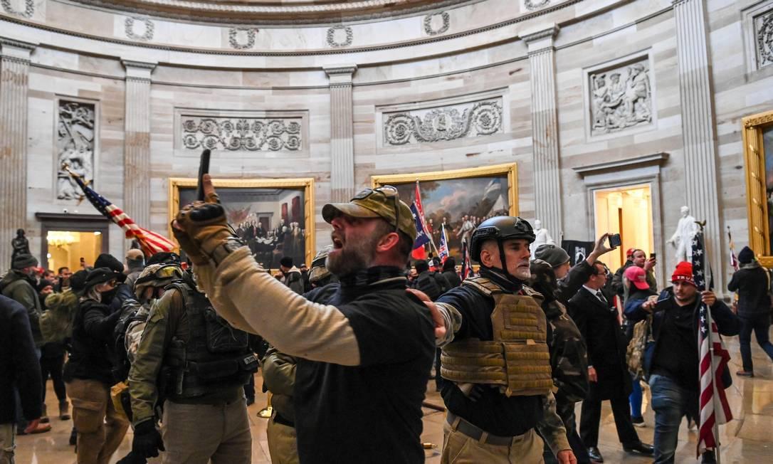 Apoiadores de Donald Trump invadem a Rotunda do Congresso dos EUA Foto: SAUL LOEB / AFP