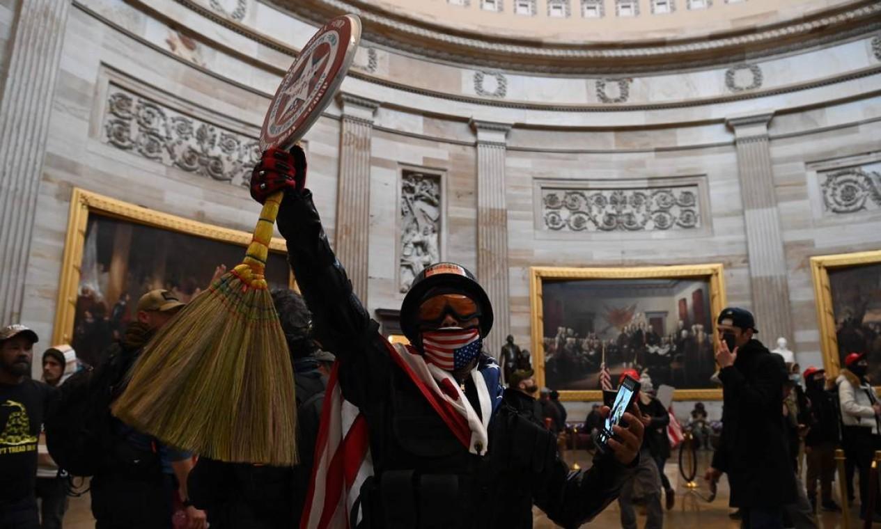 Segundo testemunhas, há manifestantes armados dentro do prédio, e alguns deles tentam invadir o plenário da Câmara, onde ainda estão alguns deputados Foto: SAUL LOEB / AFP
