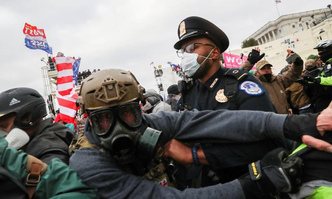 Manifestantes pró-Trump entram em confronto com policiais em frente ao Congresso americano, em Washington, Foto: LEAH MILLIS / REUTERS