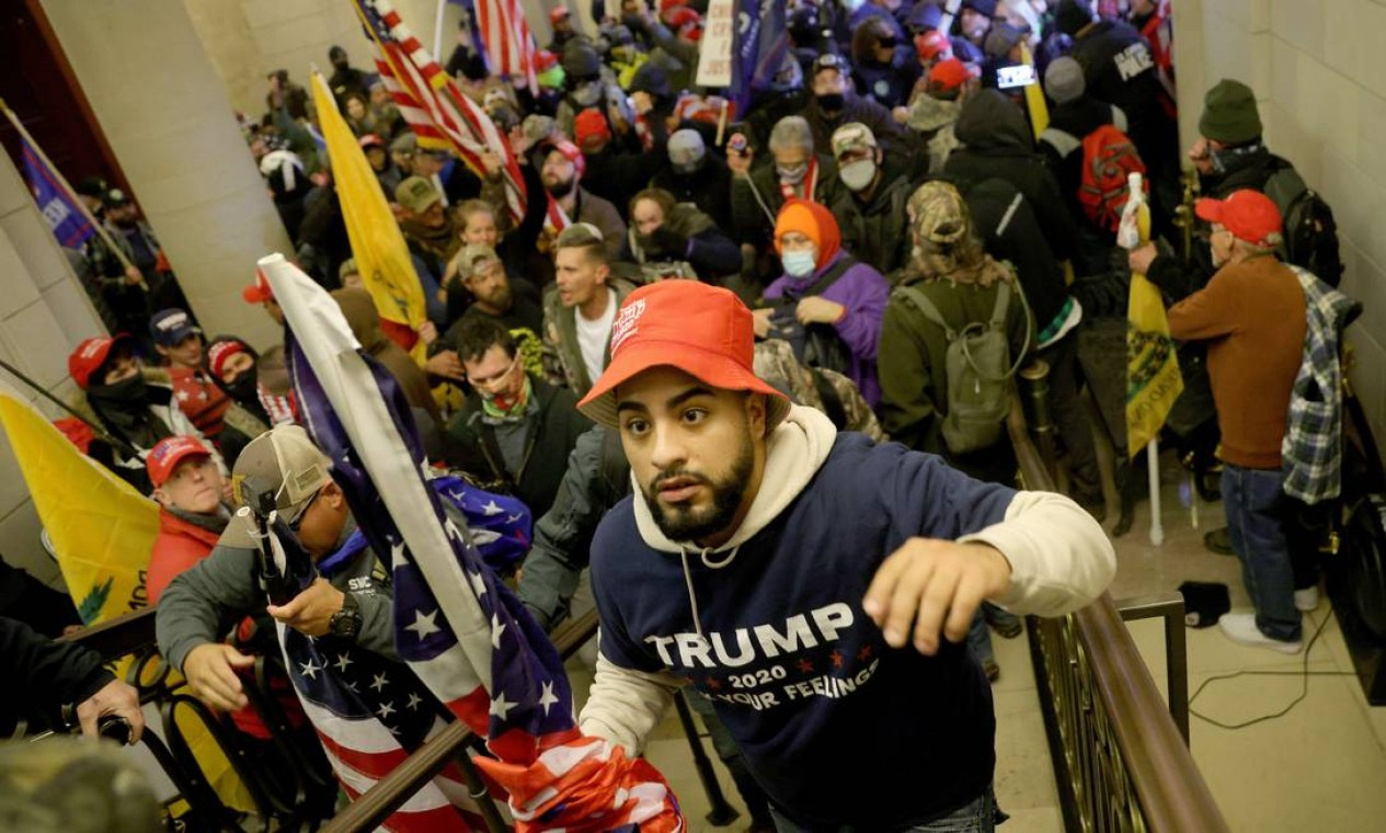 Manifestantes invadem o edifício do Capitólio dos EUA, em Washington Foto: WIN MCNAMEE / AFP