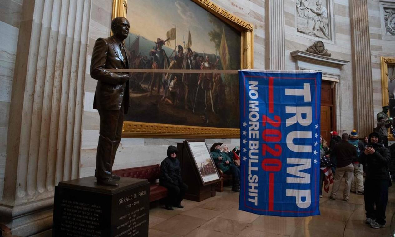 Manifestantes violaram a segurança e entraram no Capitólio enquanto o congressistas debatiam a Certificação da vitória de Joe Biden na eleição presidencial Foto: SAUL LOEB / AFP