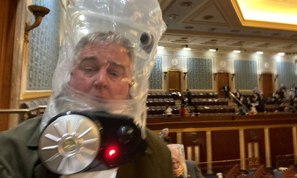 O deputado David Trone usa uma máscara de gás dentro do Capitólio Foto: TWITTER/@REPDAVID TRONE / via REUTERS