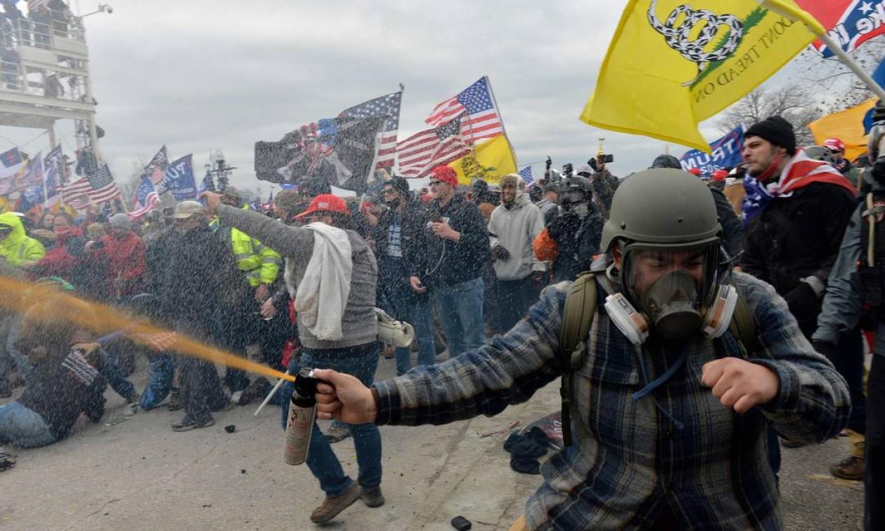 Manifestantes pró-Trump entram em confronto com a polícia e as forças de segurança enquanto tentam invadir o Congresso americano Foto: JOSEPH PREZIOSO / AFP