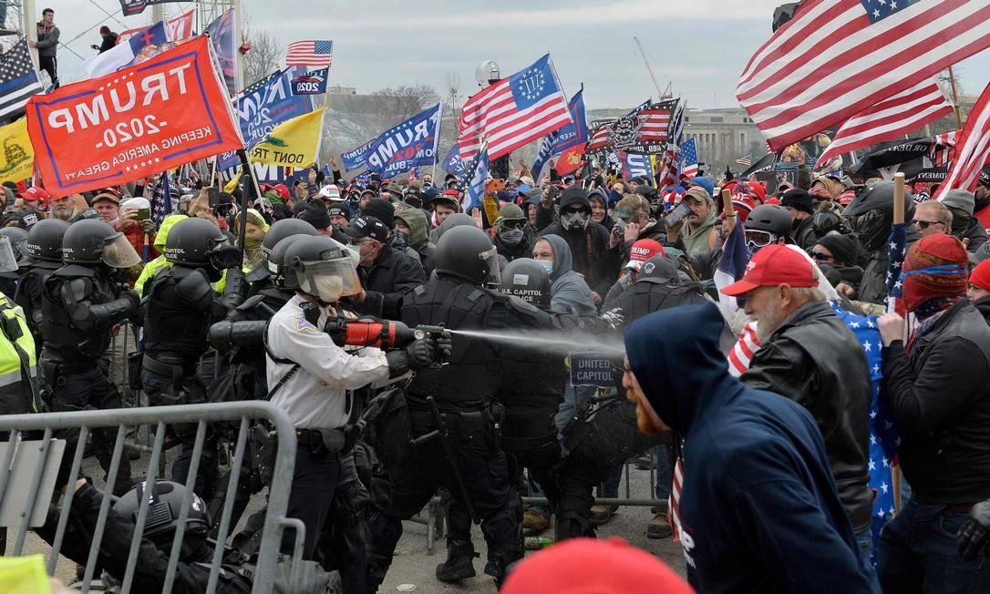 Manifestantes pró-Trump entram em confronto com policiais em frente ao Congresso americano, em Washington, Foto: JOSEPH PREZIOSO / AFP