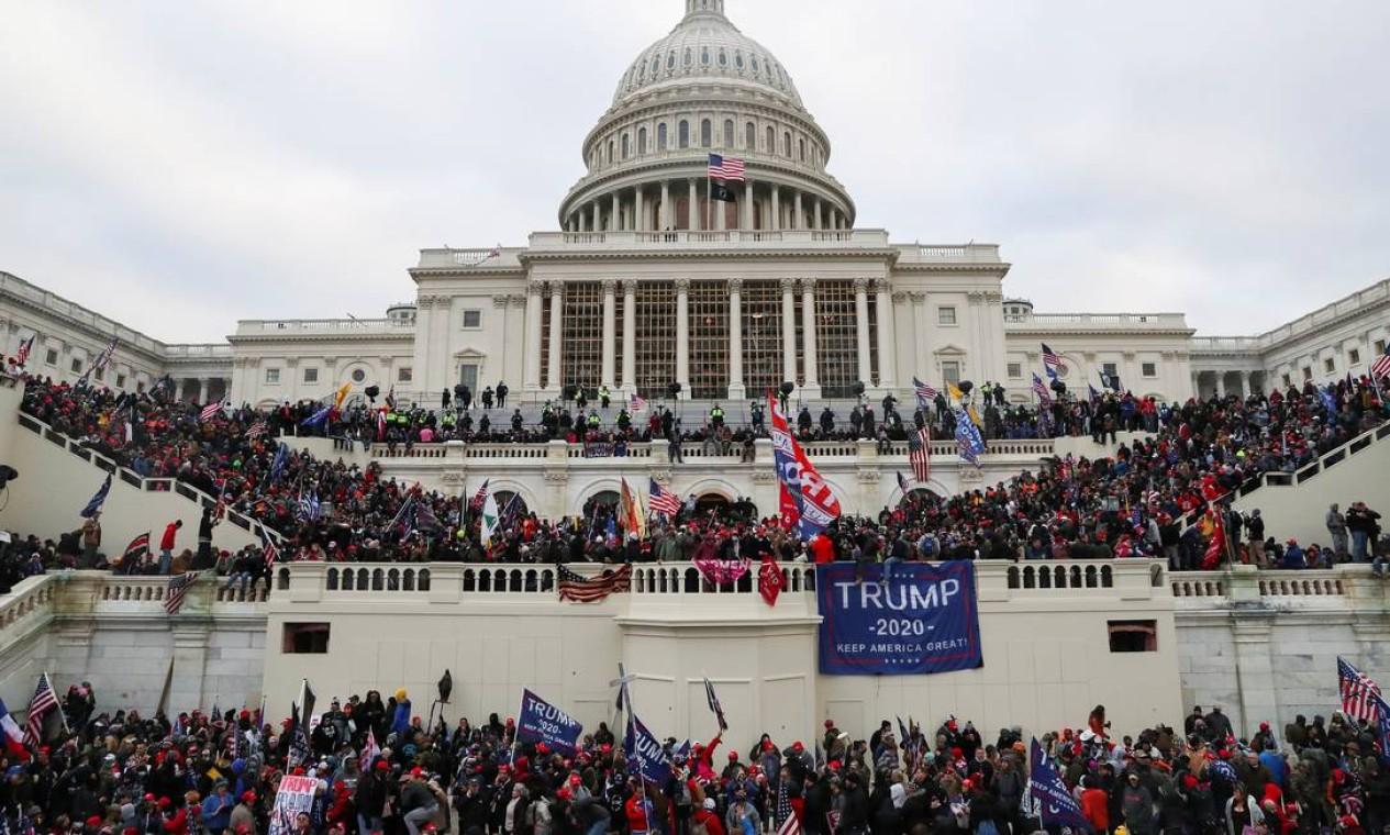 Multidão de apoiadores do presidente Donald Trump ocupa o prédio do Congresso americano, interrompendo sessão de raificação da vitória do democrata Joe Biden no processo eleitoral de 2020 Foto: LEAH MILLIS / REUTERS