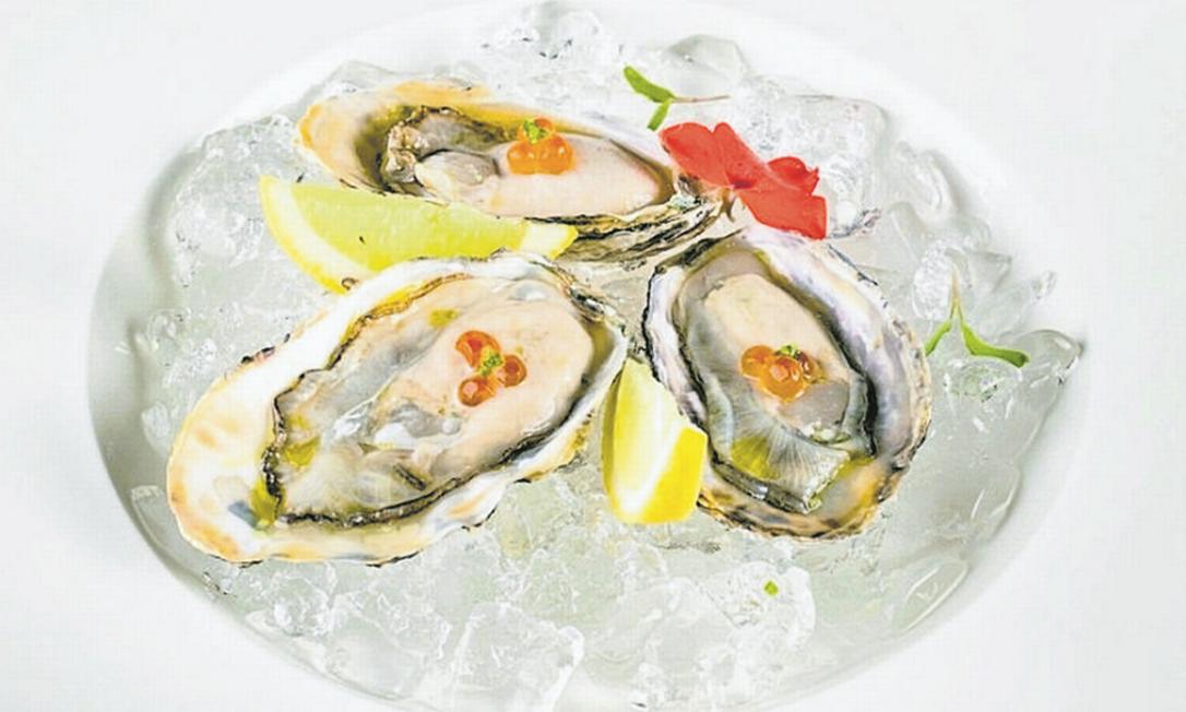 No prato de ostras do Naga (3252-2698), elas são preparadas com flor de sal e molho ponzu Foto: Tomás Rangel / Divulgação