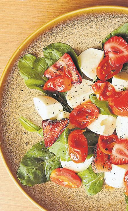 A salada Pomerol de búfala fresca com tomate confit, morangos chamuscados, rúcula e azeite aromático (R$ 39) é do Amélie Crêperie et Bistrot (2408-3228) Foto: Oseias Barbosa / Divulgação
