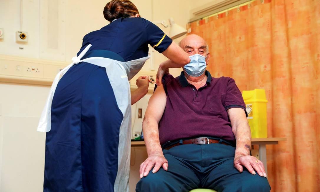 Idoso britânico é vacinado com o imunizante da Oxford/AstraZeneca Foto: Steve Parsons/Pool via REUTERS / Steve Parsons/Pool via REUTERS