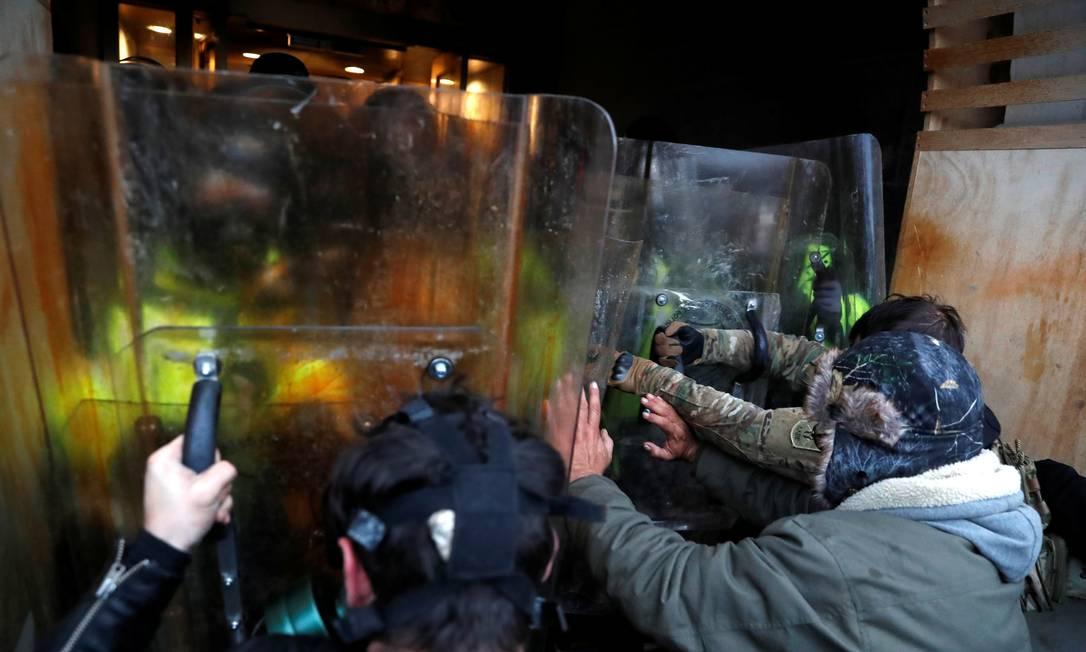 Manifestantes entram em confronto com a polícia do Capitólio durante um protesto para contestar a certificação dos resultados das eleições presidenciais dos EUA Foto: SHANNON STAPLETON / REUTERS