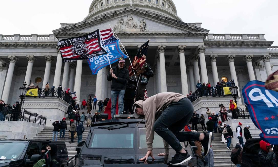 Apoiadores de Trump participaram de invasão ao Capitólio, entre eles os Proud Boys Foto: ALEX EDELMAN / AFP / 6-1-21