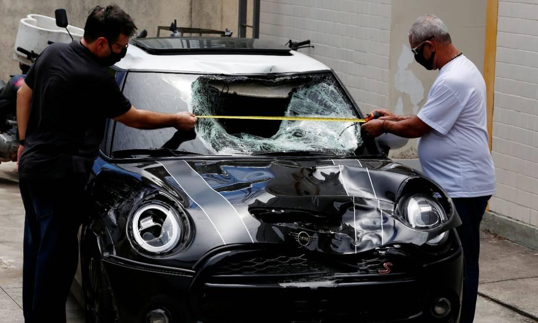 A perícia feita no carro que era dirigido pelo jogador Marcinho Foto: Fabiano Rocha / Agência O Globo