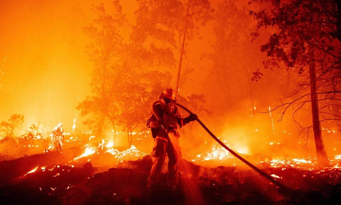 Bombeiro apaga as chamas durante o incêndio na Califórnia, em 7 de setembro de 2020 Foto: JOSH EDELSON / AFP