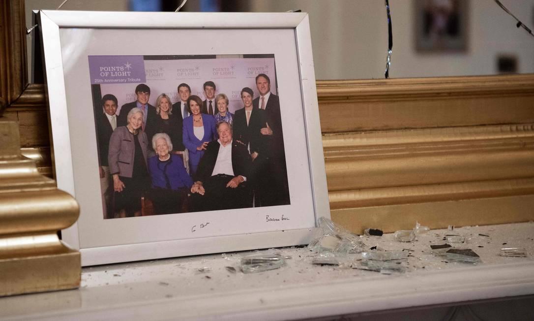 Vidro quebrado no gabinete da presidente da Câmara, Nancy Pelosi, depois da invasão por um grupo de apoiadores de Donald Trump Foto: SAUL LOEB / AFP