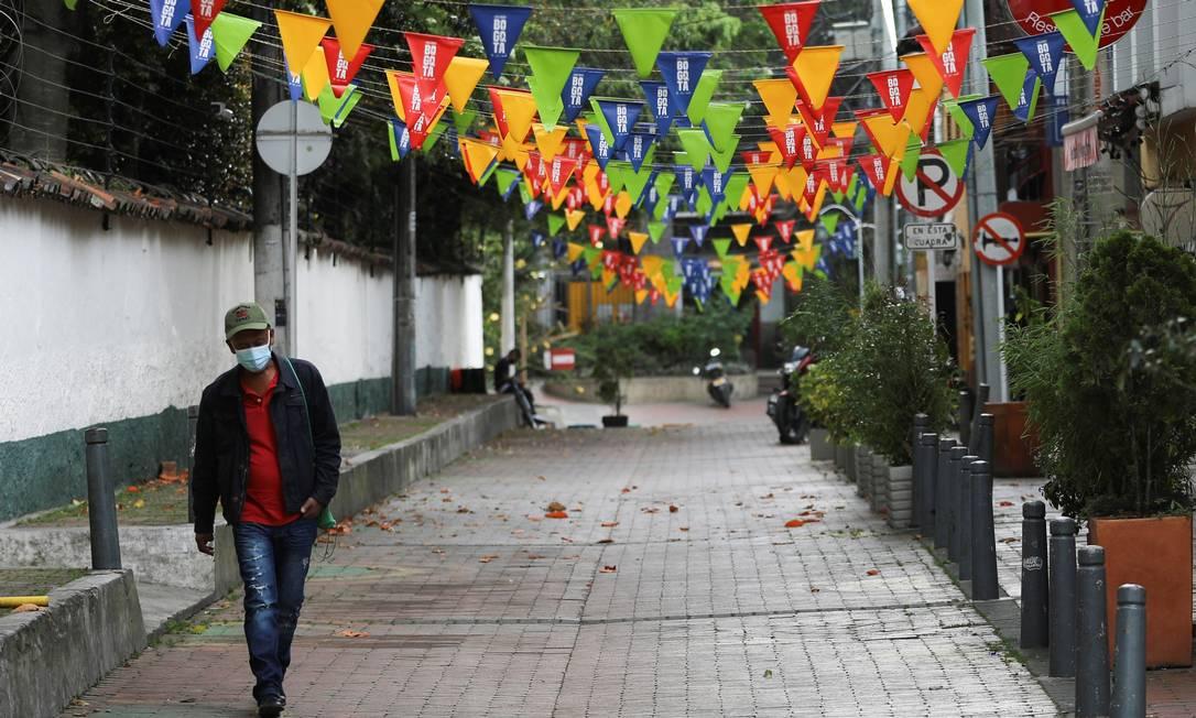 Homem com máscara facial caminha por uma rua vazia de Bogotá, na Colômbia, em meio a um surto de coronavírus Foto: LUISA GONZALEZ / REUTERS/05-01-2021