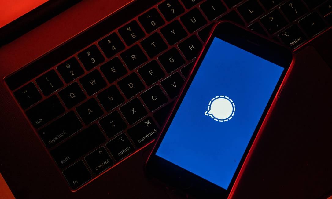 A criptografia desenvolvida pelo Signal é usada pelo próprio WhatsApp Foto: Lam Yik / Bloomberg