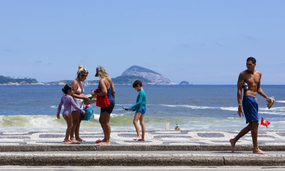 Cariocas sem máscaras na orla: prefeitura recuou e adiou reabertura das áreas de lazer ao ar livre, assim como estacionamento de carros na praia Foto: Leo Martins em 4-1-2021 / Agência O Globo