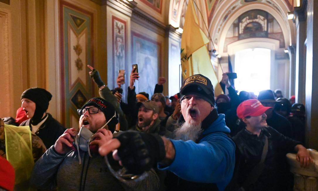 Apoaidores do presidente americano, Donald Trump, ao invadir o Capitólio Foto: ROBERTO SCHMIDT / AFP