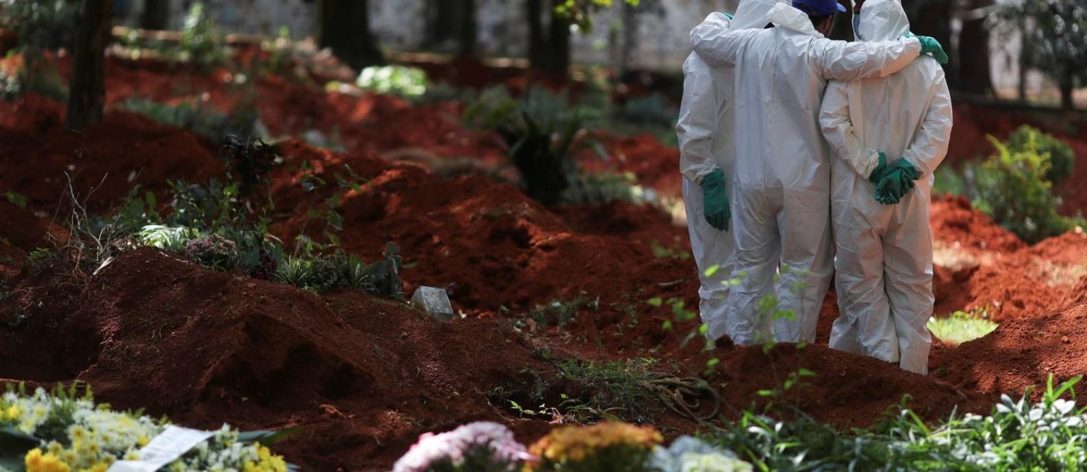 Coveiros usam roupas protetivas no cemitério de Vila Formosa, em São Paulo Foto: Amanda Perobelli/Reuters/2-4-2020