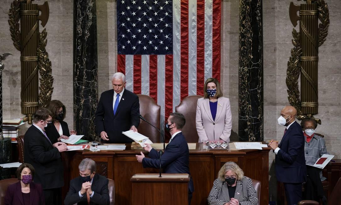 Vice-presidente dos EUA, Mike Pence (no alto à esquerda), recebe o resultado final da certificação da vitória de Joe Biden na eleição presidencial Foto: POOL / REUTERS