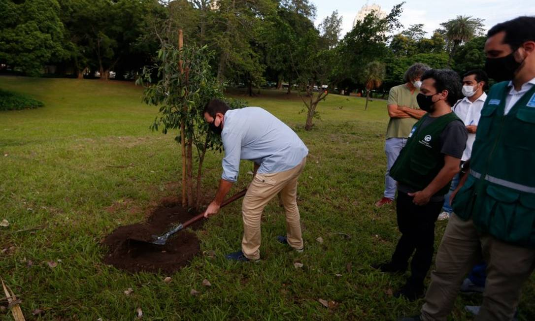 Paes planta árvore na reabertura do Campo de Santana, no Centro do Rio Foto: Fabiano Rocha / Agência O Globo