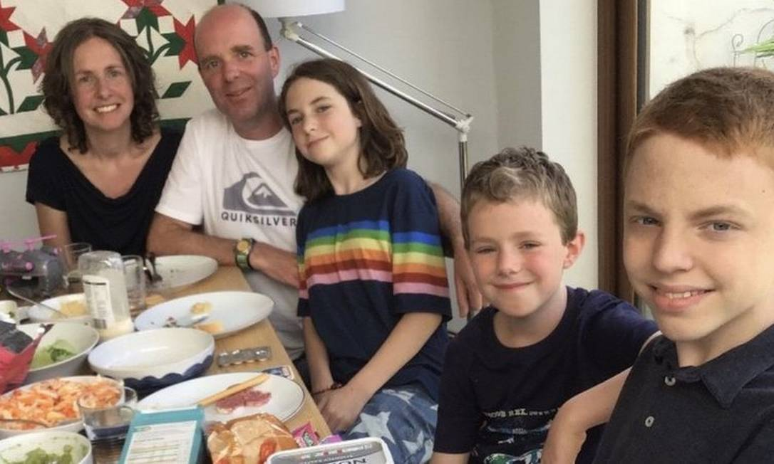 Sarah Bingham disse que ela é uma doadora compatível para sua filha Ariel e filho mais velho Noah (o último à direita) Foto: Arquivo pessoal