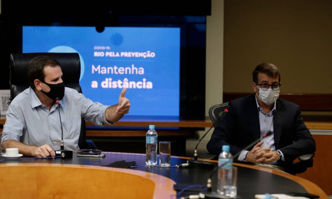 O prefeito Eduardo Paes e o secretário de Saúde, Daniel Soranz Foto: Márcia Foletto / Agência O Globo