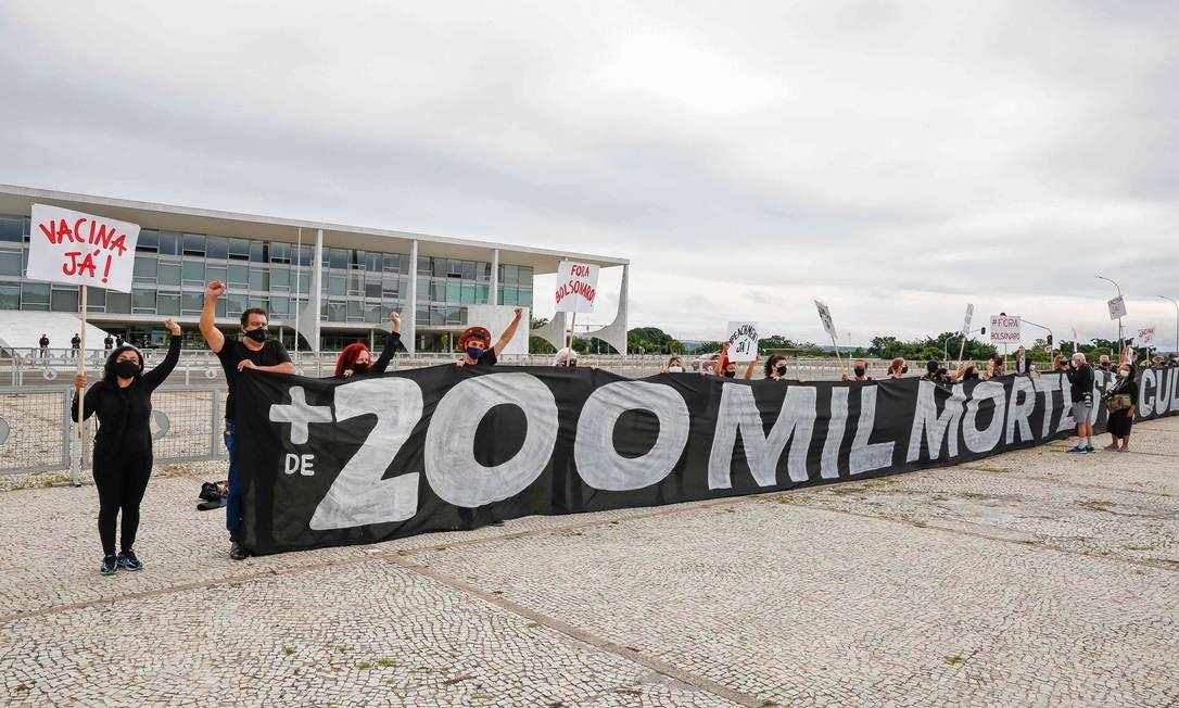 Ato homenageia as mais de 200 mil vítimas da Covid-19 no país e exige do governo fedral uma ação de vacinação da população Foto: SERGIO LIMA / AFP