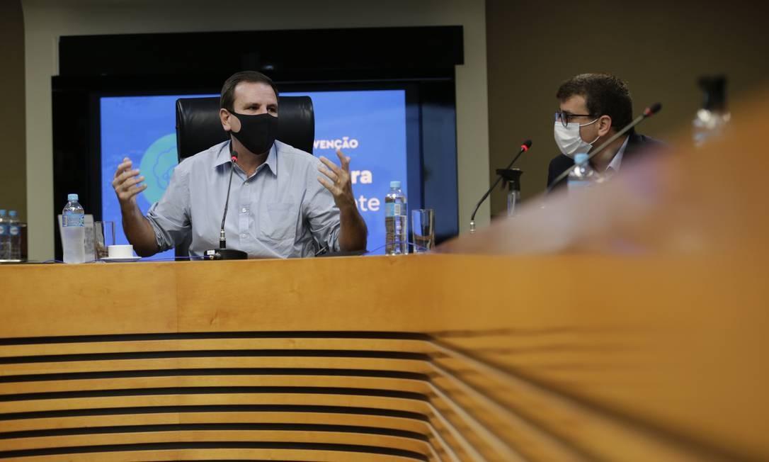 O prefeito Eduardo Paes durante coletiva de lançamento de novo boletim epidemiológico do Rio Foto: Marcia Foletto / Agência O Globo